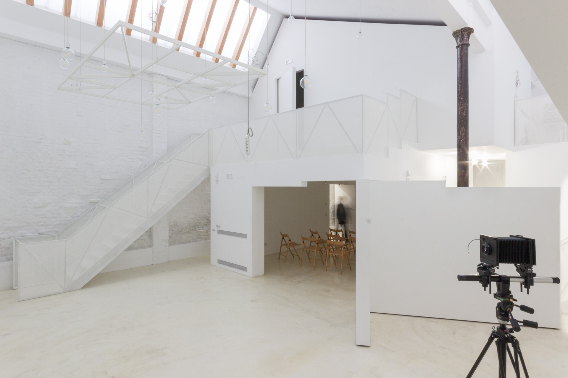 Sala multifunzione e area shooting con struttura sospesa per appendere foto o pannelli